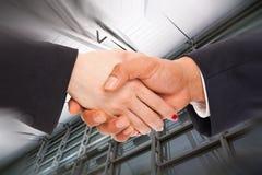 Uomini d'affari e donne di affari della stretta di mano Immagini Stock Libere da Diritti