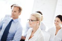 Uomini d'affari e donne di affari sulla conferenza Fotografia Stock