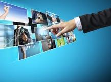 Uomini d'affari e raggiungere flusso continuo di immagini immagine stock