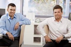Uomini d'affari felici in ufficio fotografia stock