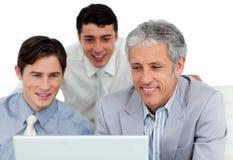 Uomini d'affari internazionali che lavorano ad un calcolatore fotografie stock