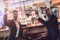 Uomini d'affari nella barra fotografia stock