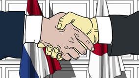 Uomini d'affari o politici che stringono le mani contro le bandiere dei Paesi Bassi e del Giappone Riunione o fumetto relativo di illustrazione di stock
