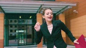 Uomini d'affari pazzi di dancing donna di affari che celebra successo e ballo bella donna sui precedenti del