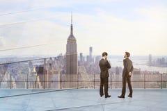 Uomini d'affari premurosi sul tetto Fotografia Stock