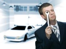 Uomini d'affari sconcertanti per riparare la sua automobile Fotografie Stock Libere da Diritti