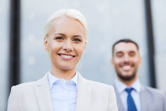 Uomini d'affari sorridenti all'aperto Fotografia Stock