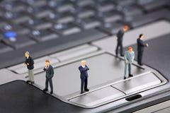 Uomini d'affari su un computer portatile Fotografia Stock Libera da Diritti