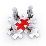 Uomini d'affari sui pezzi collegati di puzzle Immagini Stock