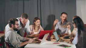Uomini d'affari vivaci che discutono le idee dell'interno video d archivio