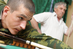 uomini del biliardo che giocano due Fotografie Stock Libere da Diritti