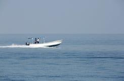 Uomini del pescatore di primo mattino che si muovono nel mare sul motoscafo Immagine Stock Libera da Diritti