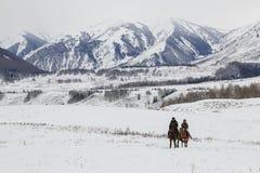 Uomini del Tuva che fanno concorrenza in una concorrenza di corsa di cavalli nelle montagne di Altai in Cina Fotografia Stock