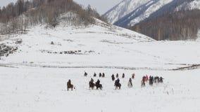 Uomini del Tuva che fanno concorrenza in una concorrenza di corsa di cavalli nelle montagne di Altai in Cina Immagini Stock Libere da Diritti