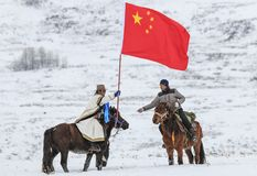 Uomini del Tuva che fanno concorrenza in una concorrenza di corsa di cavalli nelle montagne di Altai in Cina Immagini Stock