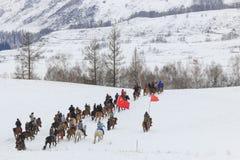 Uomini del Tuva che fanno concorrenza in una concorrenza di corsa di cavalli nelle montagne di Altai in Cina Immagine Stock Libera da Diritti