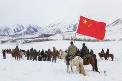 Uomini del Tuva che fanno concorrenza in una concorrenza di corsa di cavalli nelle montagne di Altai in Cina Fotografie Stock Libere da Diritti