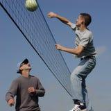 Uomini delle coppie che giocano pallavolo Fotografia Stock