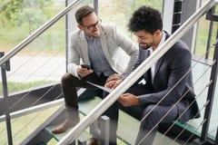 Uomini di affari che si siedono sulle scale Gente di affari che ha conve Fotografie Stock Libere da Diritti