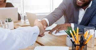 Uomini di affari che stringono le mani dopo la firma dell'affare fotografie stock