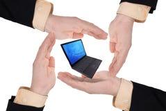 Uomini di affari che tengono un computer portatile Fotografie Stock
