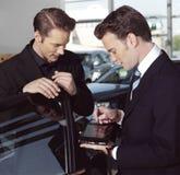 Uomini di affari con il computer portatile n Fotografie Stock