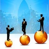Uomini di affari sui globi Fotografia Stock