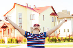 Uomini di felicità sulla nuova casa del fondo Immagini Stock