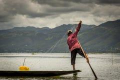 Uomini di Fisher nel lago nel Myanmar Fotografie Stock
