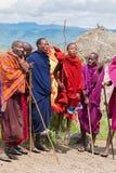 Uomini di Maasai che eseguono ballo di salto dei masai di tradizione al villaggio a Arusha, Tanzania, Africa orientale immagine stock