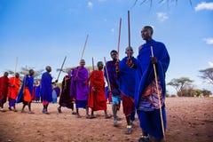 Uomini di Maasai nel loro ballo rituale nel loro villaggio in Tanzania, Africa Immagini Stock