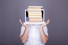 Uomini di sorpresa con i libri ed il taccuino bianco. Immagini Stock
