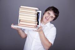 Uomini di sorpresa con i libri ed il taccuino bianco. Fotografia Stock