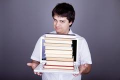 Uomini di sorpresa con i libri ed il taccuino bianco. Immagine Stock