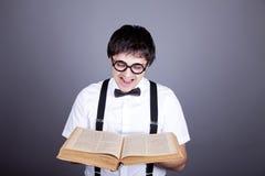 Uomini divertenti che mantengono libro. Immagini Stock