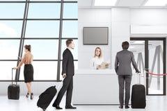 Uomini e donne in aeroporto Fotografia Stock Libera da Diritti