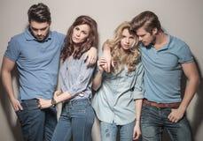 Uomini e donne che stanno insieme in abbigliamento casual Fotografia Stock Libera da Diritti