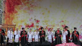 Uomini e donne in vestiti del cosacco in scena stock footage