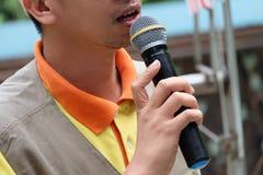 Uomini e microfono Immagini Stock