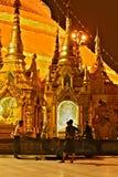 4 uomini e un carretto alla pagoda di Shwedagon in Rangoon immagini stock