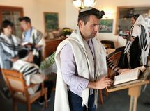 Uomini ebrei che pregano insieme dal Torah fotografie stock libere da diritti