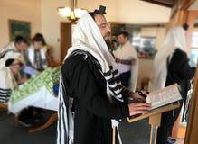 Uomini ebrei che pregano insieme il Torah fotografia stock libera da diritti