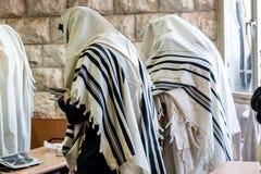 Uomini ebrei che pregano in una sinagoga con Tallit fotografia stock libera da diritti
