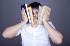 Uomini faticosi con i libri. Fotografia Stock