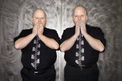 Uomini gemellare che coprono bocca. Fotografia Stock