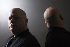 Uomini gemellare di nuovo alla parte posteriore. Fotografie Stock Libere da Diritti