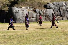 Uomini in Inca Costumes Inti Raymi Peru tradizionale Immagine Stock