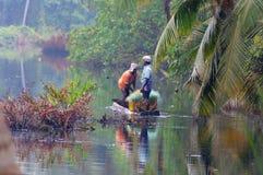 Uomini indiani in una barca attraverso il fiume Fotografie Stock Libere da Diritti