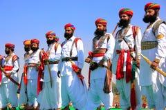 Uomini indiani in vestito tradizionale che partecipano al competi di sig. Desert fotografia stock libera da diritti