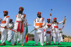 Uomini indiani in vestito tradizionale che partecipano al competi di sig. Desert fotografia stock